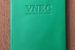 SDT 014 So tay bia da dan gay logo VNEC dap lun xuong san xuat so da may chi in logo gia re lam qua tang quang cao (1)