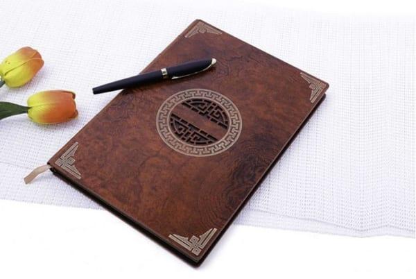 Sổ Gỗ cuốn sổ tay bìa gỗ in khắc logo hình ảnh thông tin nội dung theo yêu câu làm quà tặng khách hàng quảng cáo thương hiệu doanh nghiệp