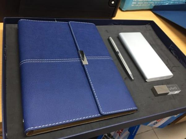GST 14 -Giftset - Bo qua tang 4in1 USB pha le-Pin sac du phong-but kim loai-so in logo khac logo lam qua tang khach hang VIP quang cao thuong hieu doanh nghiep (1)
