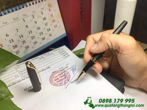 BKT 28 but ky kim loai nap cao cap khac logo cong ty lam qua tang khach hang quang cao thuong hieu doanh nghiep (4)