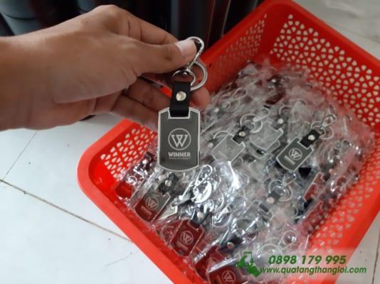 Moc Khoa kim Loai khac logo Hang Xe WINWR lam qua tang