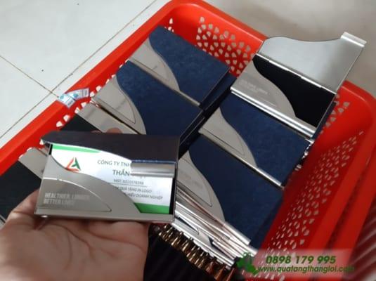 Hop NameCard khac logo AIA lam qua tang khach hang