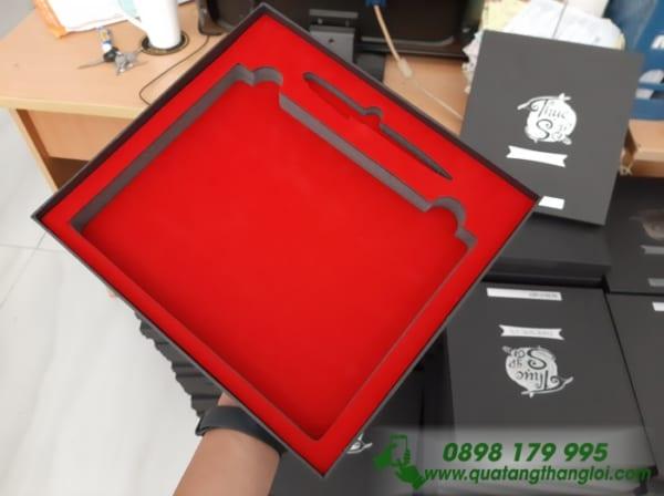 Hộp Âm Dương Lót nhung đỏ đựng (Sổ Tay + Bút) ép kim Bạc logo THỤC SƠN game