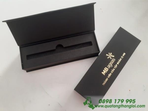Hộp Đựng Bút Nam Châm ép kim vàng logo MB ageas