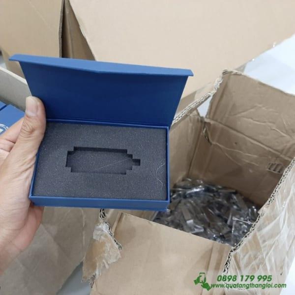 Hộp Nam Châm Đựng USB ép kim bạc logo Trường Đại Học Kinh Tế TPHCM